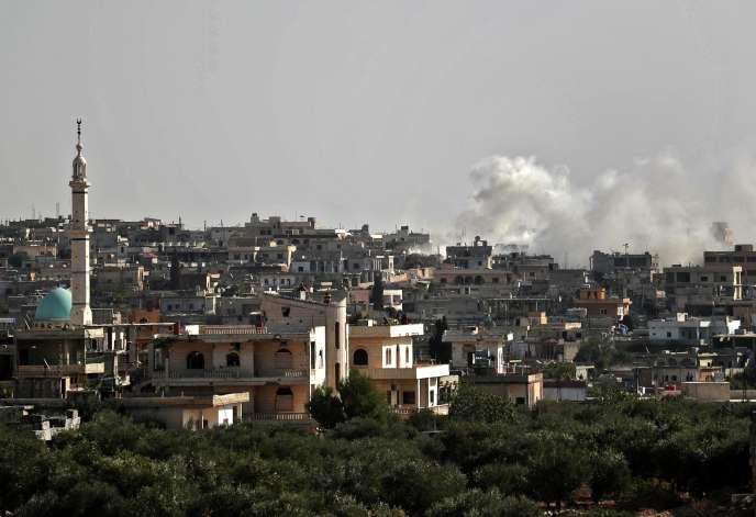 Le 27 octobre 2020, la fumée qui s'élève du bombardement des forces gouvernementales syriennes sur le village d'Al-Bara, dans la partie sud de la province d'Idlib, au nord-ouest, tenue par les rebelles.