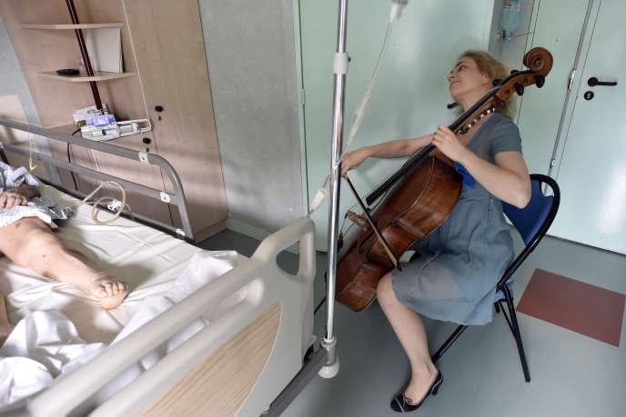 Claire Oppert joue pour une patiente à l'hôpital parisien Sainte-Périne, en juillet 2016.
