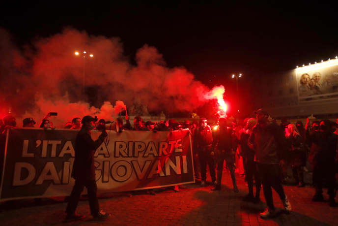 Des manifestants protestent contre les mesures restrictives imposées par le gouvernement italien pour arrêter la propagation de l'épidémie de Covid-19, à Rome (Italie), le 27 octobre 2020.