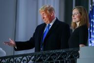 Donald Trump pose avec la nouvelle juge à la Cour suprême des Etats-Unis, Amy Coney Barrett, sur un balcon de la Maison Blanche, le 26 octobre.