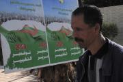 Un homme devant une affiche promouvant le référendum du 1er novembre 2020, le 27 octobre, à Alger.