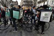 Rassemblement de livreurs à vélo Deliveroo et Uber, à Bordeaux, en mars 2017.