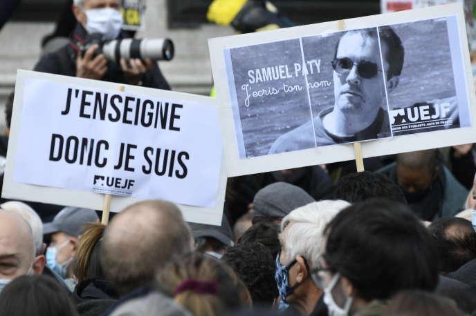 Lors de la marche blanche organisée en hommage à Samuel Paty, Place de la Republique à Paris, le 18 octobre.