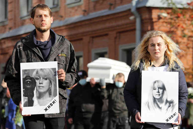 NIZHNY NOVGOROD, RUSSIA - OCTOBER 6, 2020: Koza Press news outlet editor-in-chief Irina Slavina's children take part in a farewell ceremony for their mother. Slavina committed suicide outside the offices of the Nizhny Novgorod Branch of the Russian Interior Ministry on October 2, 2020. Mikhail Solunin/TASS  Deces Decease Suicide Suicide  | BRTass20201006_208 Nizhny Novgorod Russie Russia