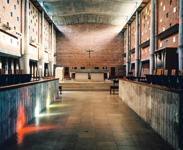 La chapelle aux murs de briques, ajourés par 300 occulus colorés.