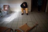 Un patient attend dans un couloir du centre psychiatrique du Bois-de-Bondy (Seine-Saint-Denis), le 7 mai.