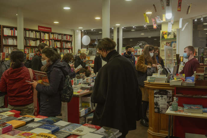 A l'intérieur de la librairie Les Guetteurs de vent, la veille du reconfinement, à Paris, le 29 octobre.