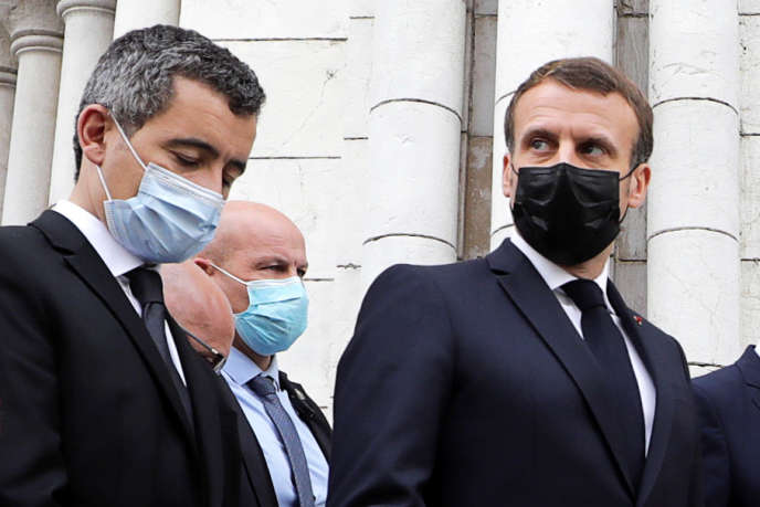 Emmanuel Macron (à droite) et Gérald Darmanin à Nice, le 29 octobre. Le président de la République et le ministre de l'Intérieur se sont rendus le même jour à la basilique Notre-Dame après l'attaque au couteau qui a coûté la vie à trois personnes.