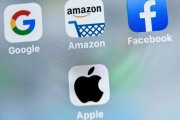 Les logos des applications mobiles de Google, Amazon, Facebook, et Apple, sur l'écran d'un téléphone, en 2019.