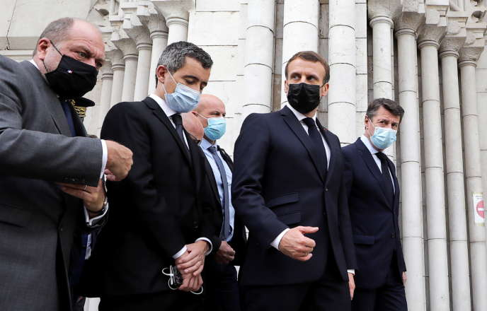 Le président français Emmanuel Macron, accompagné du ministre de la justice et du ministre de l'intérieurainsi que le maire de Nice Christian Estrosi visitent les lieux de l'attentat à Nice, France, le 29 octobre.