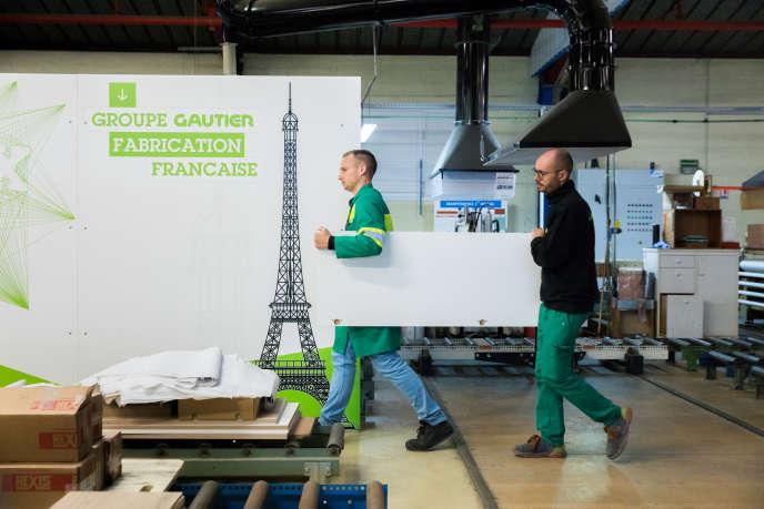 Pour continuer à produire en France, l'entreprise vendéenne de meubles Gautier joue le sur-mesure et le travail en flux tendu.