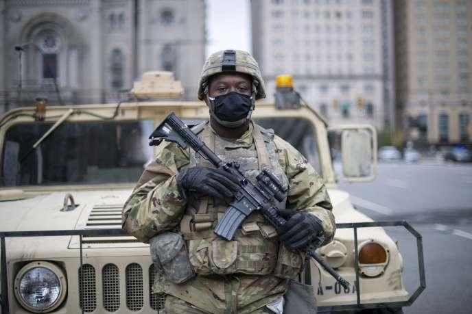 Un membre de la garde nationale supervise les opérations autour de l'hôtel de ville de Philadephie (Pennsylvanie), alors qu'un couvre-feu a été décrété dans la soirée du vendredi 30octobre.