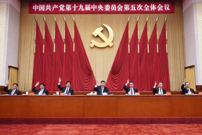 Sur cette photo publiée par l'agence de presse Xinhua, le président chinois Xi Jinping (au centre) participe, avec d'autres responsables du Parti communiste chinois (PCC), au 19e Comité central du parti, à Pékin, le 29 octobre.