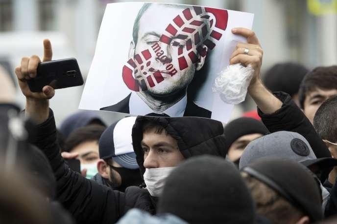 Des manifestants russes protestent contre la publication de caricatures de Mahomet devant l'ambassade de France à Moscou le 30 octobre.