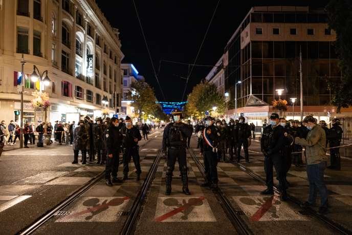 A Nice, la police monte la garde sur l'avenue Jean-Médecin devant la basilique Notre-Dame-de-l'Assomption, le 29 octobre.