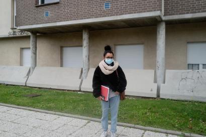 Marie, 23 ans, étudiante en 5eme année de psychologie devant la résidence universitaire Pont de Bois à Villeneuve d'Ascqle 30 octobre.