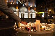 Des bougies et des fleurs ont été déposées sur le parvis de la basilique Notre-Dame, en hommage aux victimes, à Nice, le 29 octobre.