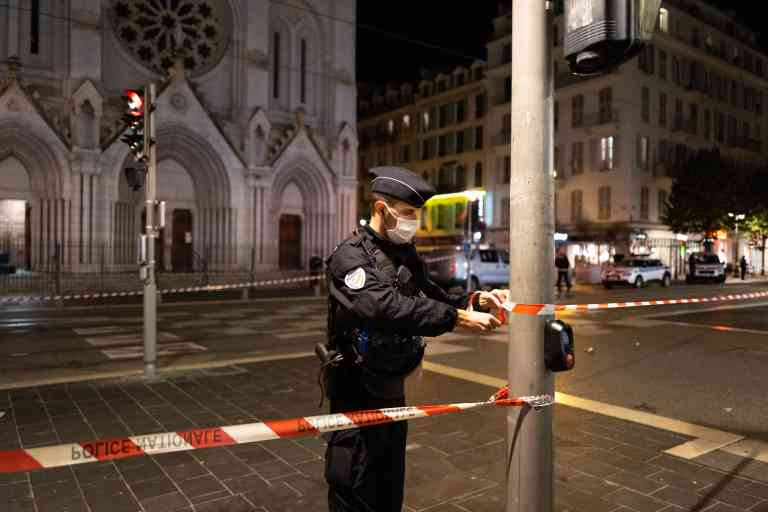 In France, in Nice, the police stand guard on the avenue Jean Medecin in front of the Notre Dame Church, October 29, 2020 En France, a Nice, la police monte la garde sur l'avenue jean medecin devant l'Eglise Notre Dame, le 29 octobre 2020