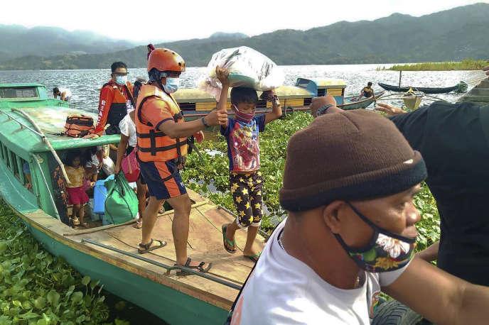 Le chef de la défense civile, Ricardo Jalad, a fait savoir que « près d'un million » de personnes avaient quitté leur domicile dans la région de Bicol, qui comprend la partie méridionale de l'île de Luzon et de celle de Catanduanes.