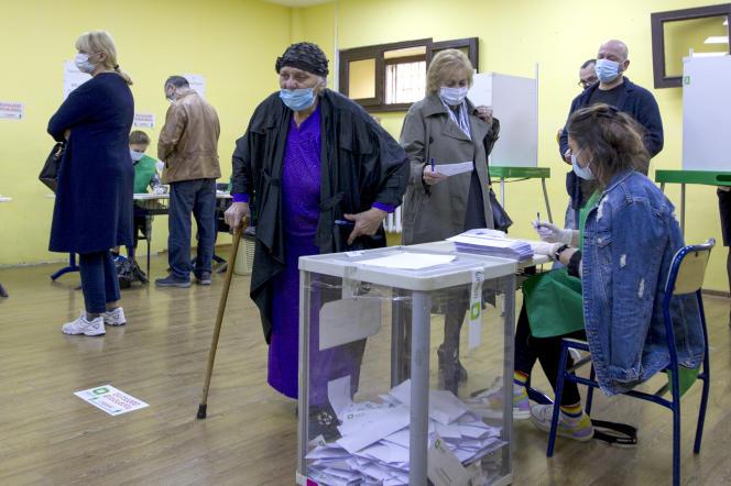 Un bureau de vote à Tbilissi, en Géorgie, samedi 31 octobre.