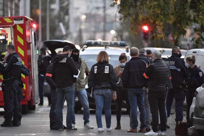 Les enquêteurs présents devant l'église orthodoxe grecque à Lyon, où a eu lieu l'attaque contre un prêtre, samedi 31 octobre.
