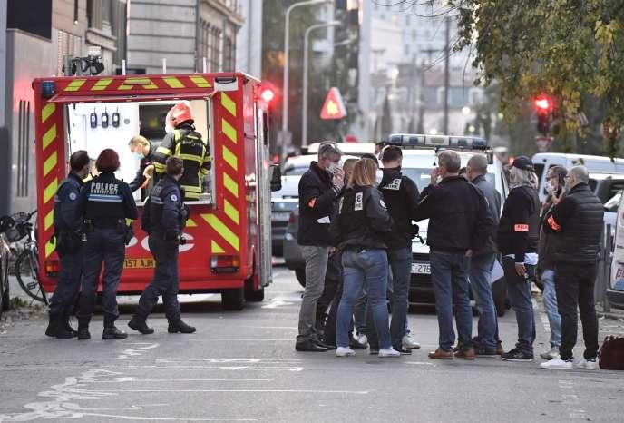Des enquêteurs présents devant l'Église grecque orthodoxe de Lyon, où a eu lieu l'attaque d'un prêtre, samedi 31 octobre.