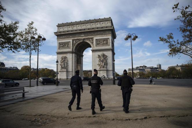Patrouille de police près de l'Arc de triomphe, à Paris, le 31 octobre.