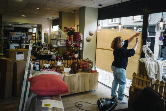 Une commerçante ferme sa boutique de décoration, lors du premier jour de reconfinement, à Blois (Loir-et-Cher), le 30 octobre.
