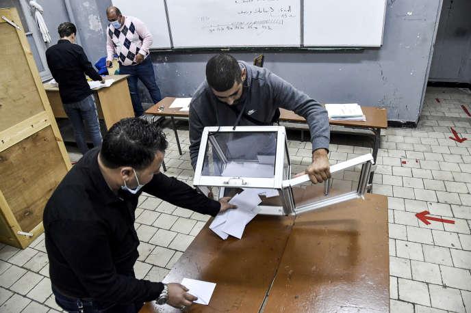 Ouverture des urnes après le vote auréférendum constitutionnel, dimanche 1er novembre, à Alger.