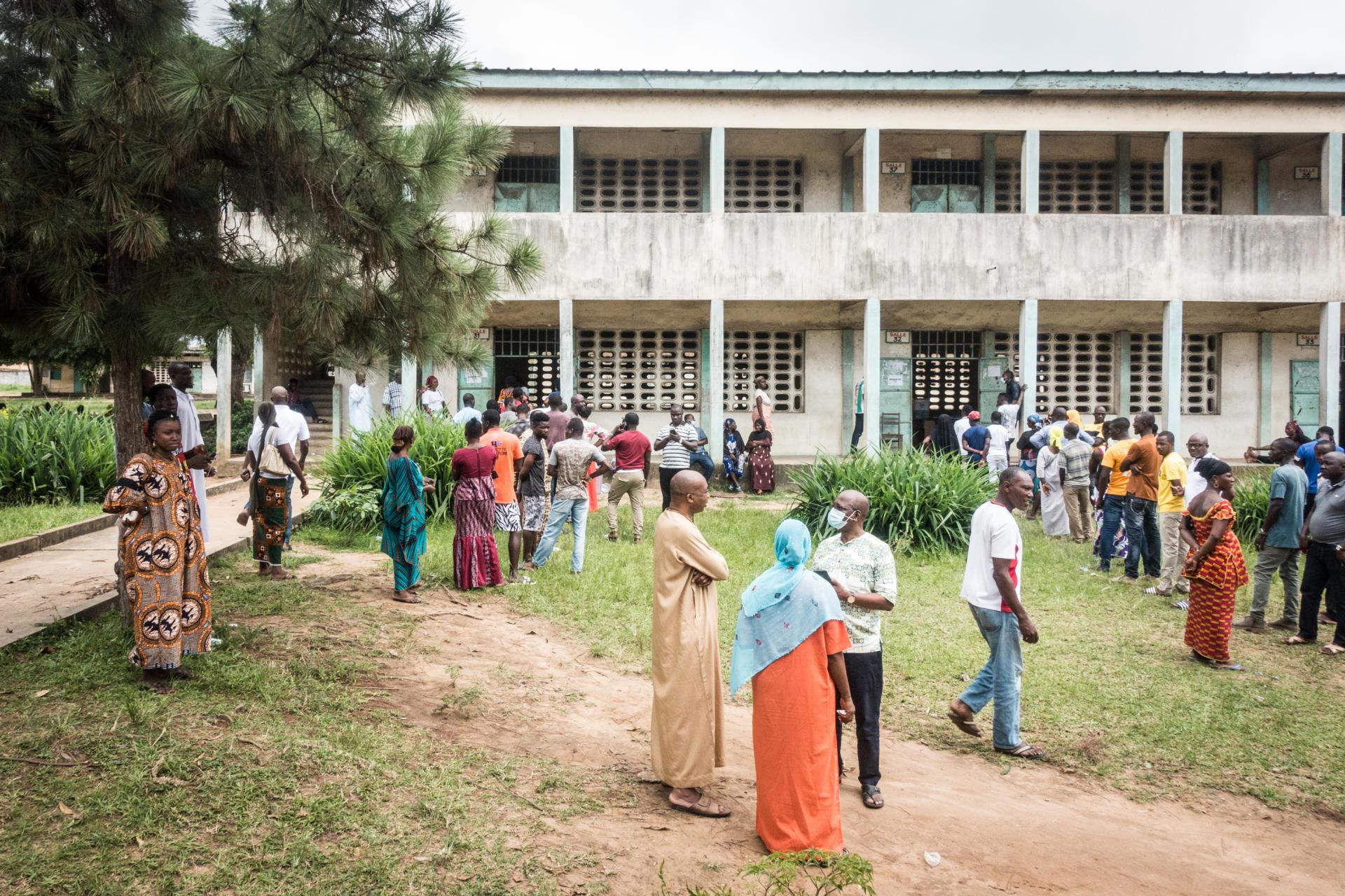 Devant un bureau de vote au lycée moderne Andokoi àYopougon, le 31 octobre.