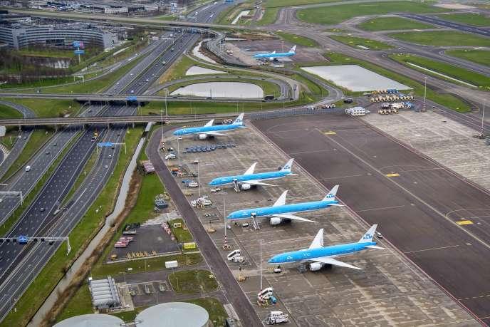Des avions de la compagnie néerlandaise KLM sur le tarmac de l'aéroport de Schiphol, en banlieue d'Amsterdam, le 19 mars.