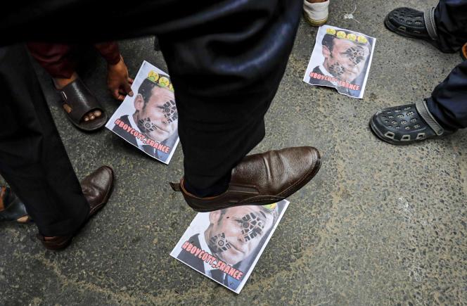 Une manifestation à proximité du consulat de France à Calcutta, en Inde, le 31 octobre.