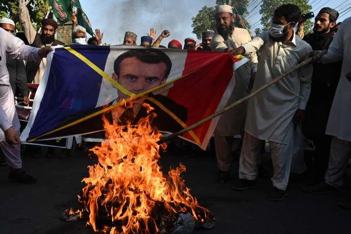 Protestations contre Emmanuel Macron et la France, à Lahore, au Pakistan, dimanche1er novembre.