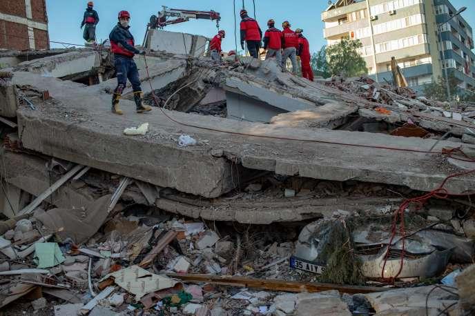 Les secouristes et les volontaires ont continué à rechercher d'éventuels survivants dans les décombres à Izmir, deux jours après le puissant tremblement de terre qui a frappé la ville.
