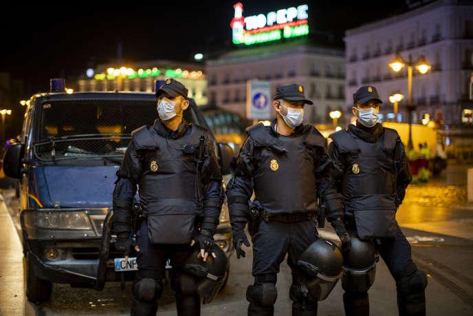 Des policiers espagnols bloquent l'accès à la place Puerta Del Sol à Madrid lors d'une manifestation contre le couvre-feu le 31 octobre.