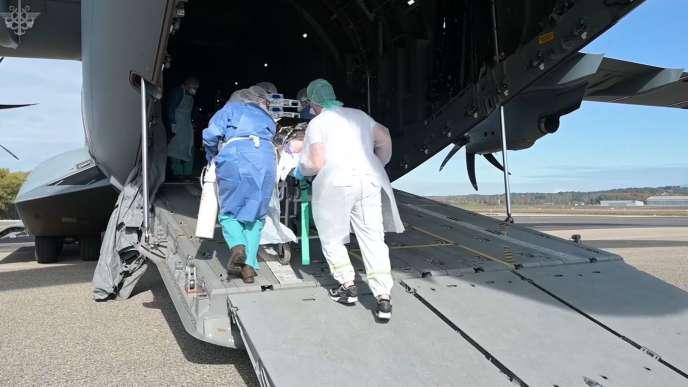 Evacuation d'un patient atteint du Covid-19 d'Avignon vers Brest, le 28 octobre.