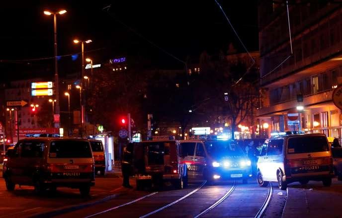 La police bloque une rue près de la Schwedenplatz, à Vienne, en Autriche, le 2novembre.