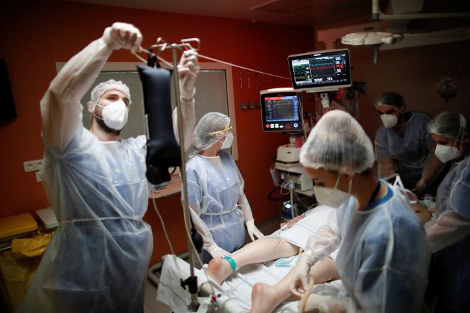 L'unité de soins intensifs où sont traités les patients atteints du Covid-19, au centre hospitalierde Melun-Sénart (Seine-et-Marne), le 30 octobre.