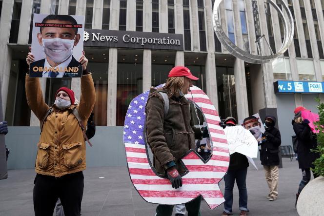 Une poignée de manifestations pro-QAnon devant le siège de la chaîne Fox New, à New York, le 2 novembre.