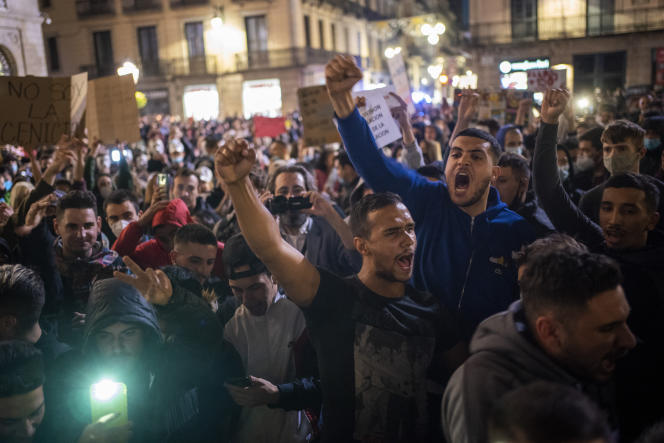 Manifestation contre les restrictions mises en place pour enrayer l'épidémie de Covid-19, à Barcelone (Espagne), le 30 octobre.