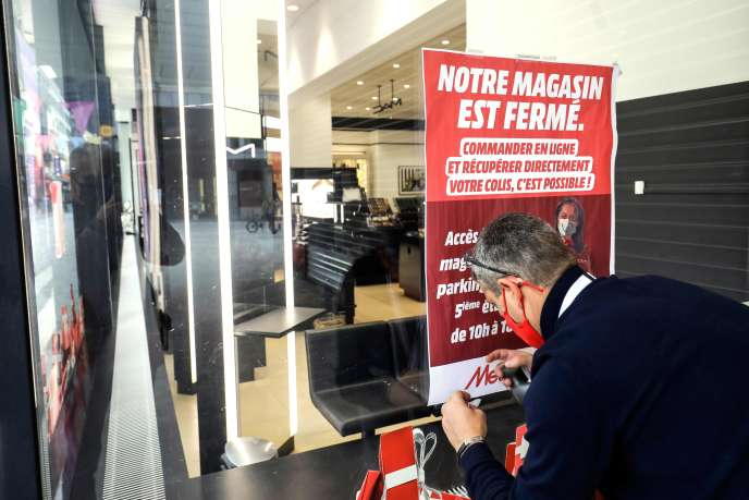 Devant une vitrine de la rue Neuve, Bruxelles (Belgique), le 2 novembre 2020.