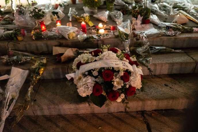 Devant la basilique Notre-Dame-de-l'Assomption,à Nice, le 31octobre2020, des milliers de personnes ont rendu hommage aux victimes de l'attentat perpétré jeudi.