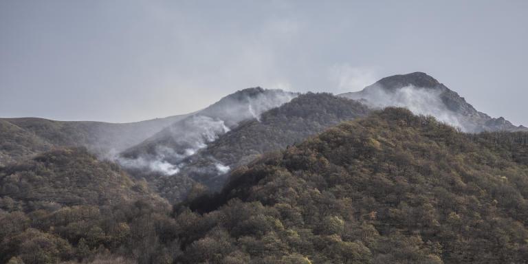 Haut-Karabakh, le 30 octobre 2020  Des colonnes de fumée montent au-dessus des collines entourant Chouchi, depuis les feux allumés par les combats des forces azerbaïdjanaises en approche.  Photo Laurent Van der Stockt pour Le Monde