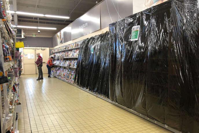 Le rayon des livres fermé dans un supermarché de Gex, dans l'Ain, le 2 novembre.