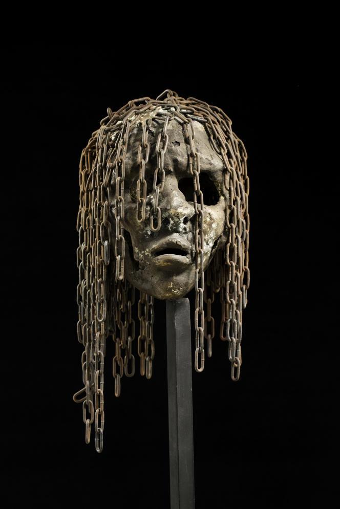 Série «Rescapés», n° 512, de Freddy Tsimba, 2016 (douilles fondues, chaînes).
