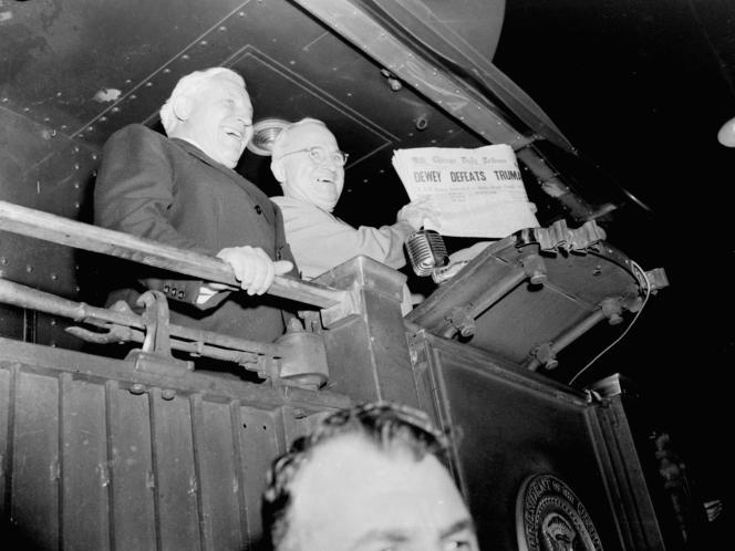 Harry Truman tenant en main un journal titrant: «Dewey defeats Truman », après que le Chicago Daily Tribune l'a annoncé perdant, le 4 novembre 1948.