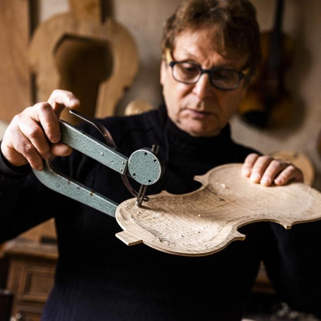 Alain Carbonaré, luthier, travaille à la fabrication d'un violon dans son atelier, à Mirecourt (Vosges), le 30 octobre.