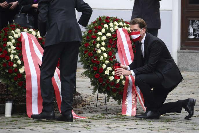 Le chancelier autrichien, Sebastian Kurz (à droite), et le président Alexander van der Bellen déposent une couronne lors d'une cérémonie d'hommage aux victimes, à Vienne, mardi 3 novembre 2020.