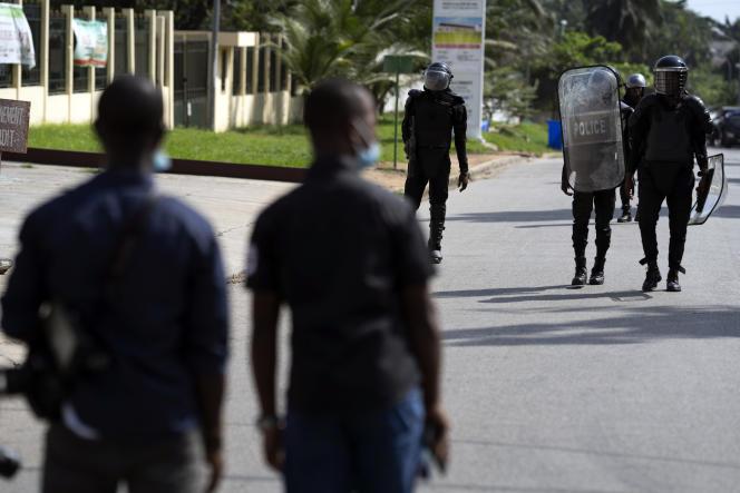 La police bloque l'accès au domicile de l'ancien président Henri Konan Bedié, à Abidjan, en Côte d'Ivoire, le 3 novembre.