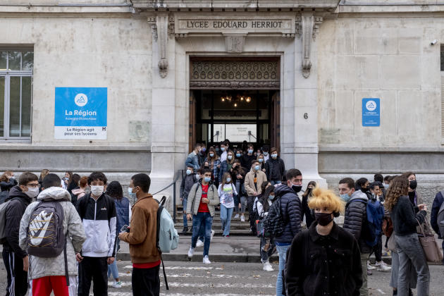 Devant le lycée Edouard-Herriot, où Samuel Paty a été élève, à Lyon, le 2 novembre.
